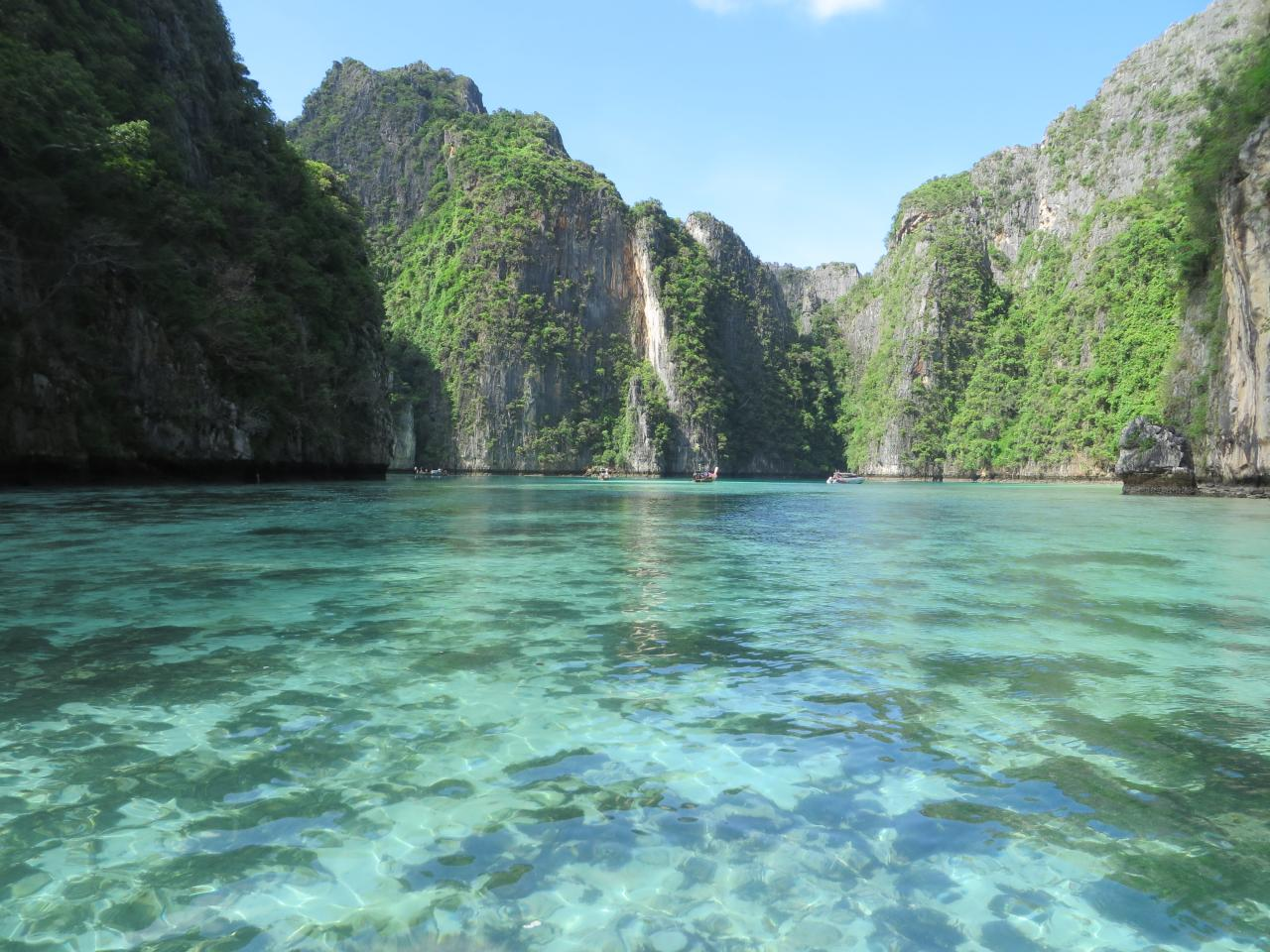 A true celebrity among all Thailand islands is, no doubt, Phi Phi! Crystal clear emerald water surrounds the sandy beaches contrasting with the towering dark coastal cliffs and bright green vegetation