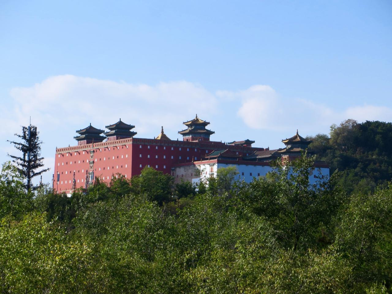 Just about 3 hours drive from Beijing, is Chengde. Known as the summer escape for generations of Qing emperors. The mountain city has important cultural and historic significance. It has been the plac